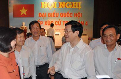 Chủ tịch nước Trương Tấn Sang tiếp xúc với cử tri quận 4, TP.HCM. Ảnh: Tá Lâm/Vnn.