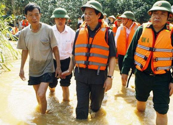 Ngay sau khi kết thúc phần báo cáo kinh tế - xã hội trước Quốc hội sáng 20/10 Thủ tướng đã lên trực thăng đi thị sát rốn lũ Hương Khê (Hà Tĩnh) và tổ chức cuộc họp khẩn triển khai cứu hộ, cứu nạn, trợ giúp đồng bào.