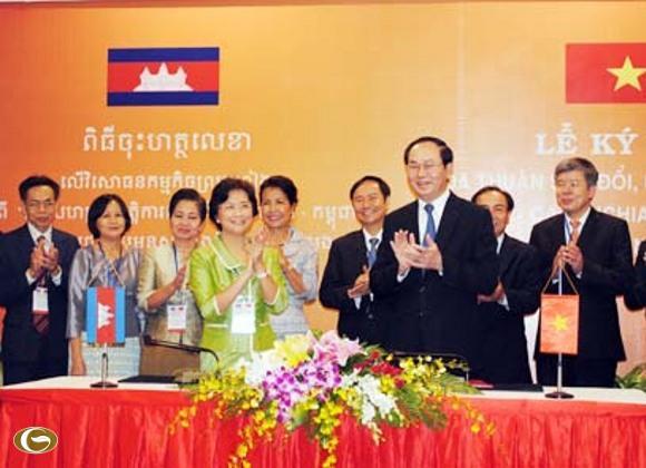 """Bộ trưởng Trần Đại Quang và bà Ing Kantha Phavi ký """"Hiệp định giữa Việt Nam và Campuchia về hợp tác song phương trong phòng, chống buôn bán người và bảo vệ nạn nhân bị buôn bán"""", hôm 28-9 tại TP.HCM"""