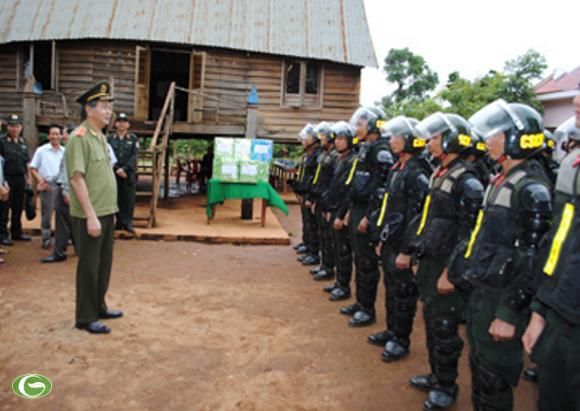 Đồng chí Trần Đại Quang và cán bộ, chiến sỹ Trung đoàn Cảnh sát cơ động miền Trung và Tây Nguyên trong chuyến kiểm tra công tác đảm bảo an ninh-trật tự tại Tây Nguyên tháng 8/2010